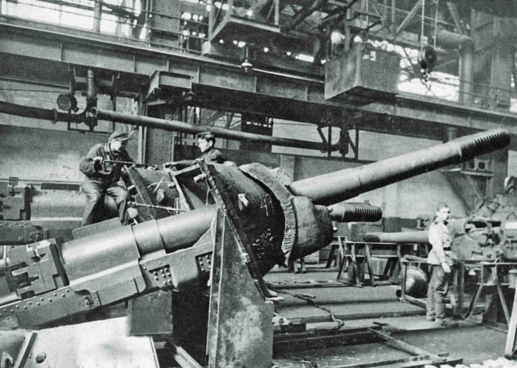 "Assembling the self-propelled gun ISU-152 ""Zveroboy"""
