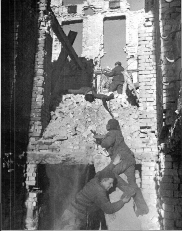 Soviet soldiers fighting in the destroyed buildings of Stalingrad, 1942