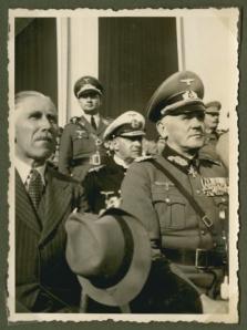Сзади стоит Gerhard Pleiss, его хотели постаить комендантом Ростова-на-Дону...