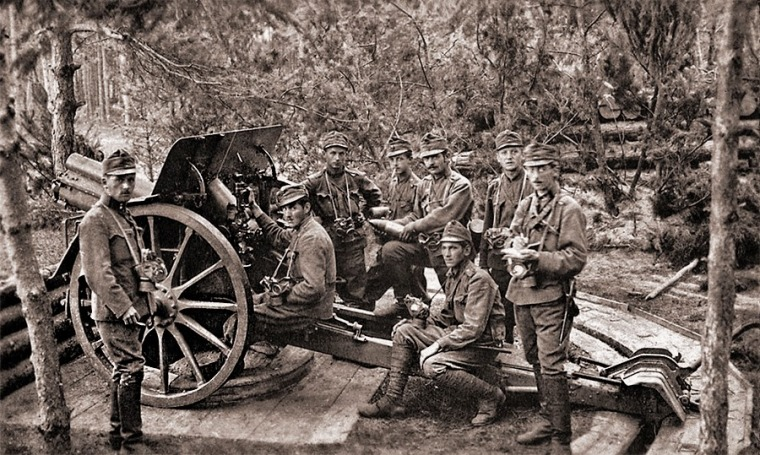 Расчет австрийской 10-см гаубицы на позиции, 1917 год
