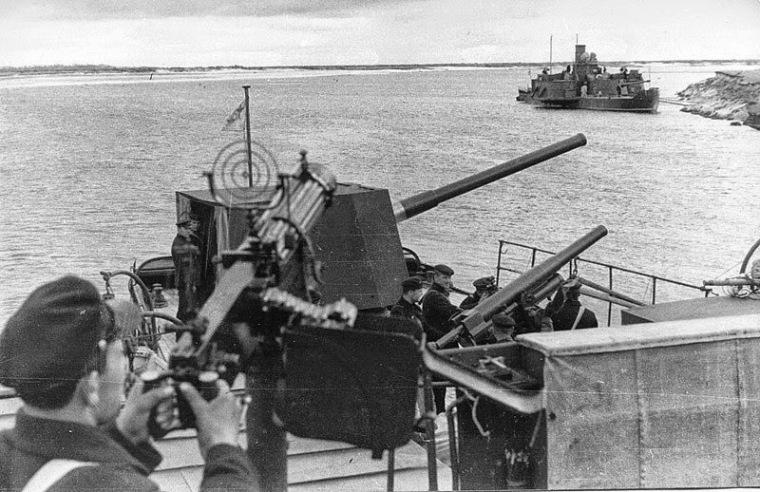 Корабли Днепровского отряда ПВФ. Вдалеке видна канонерская лодка «Верный»