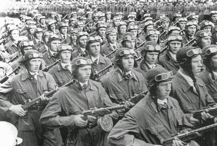 Десантники на параде в Киеве, 1 мая 1941 года