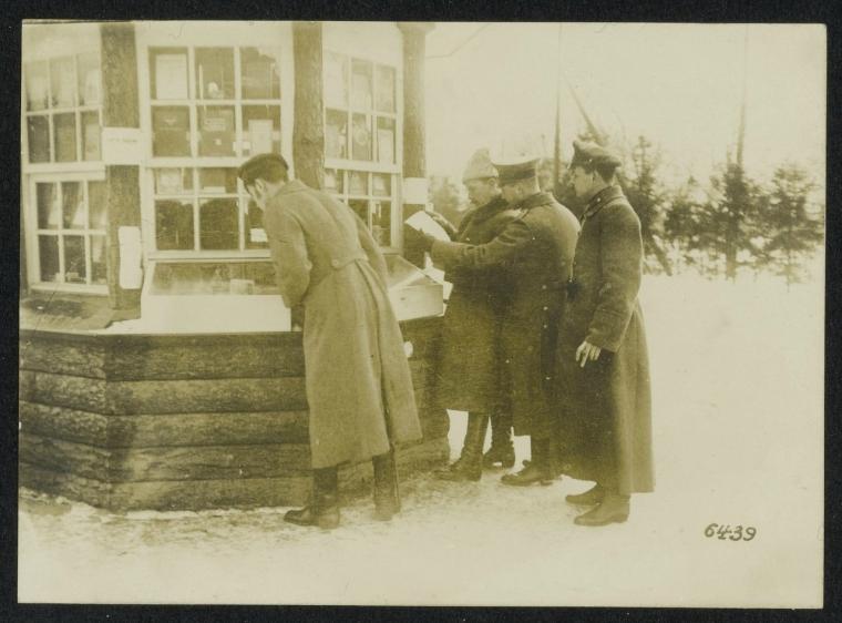 Русские делегаты покупающие немецкие газеты в Брест-Литовске