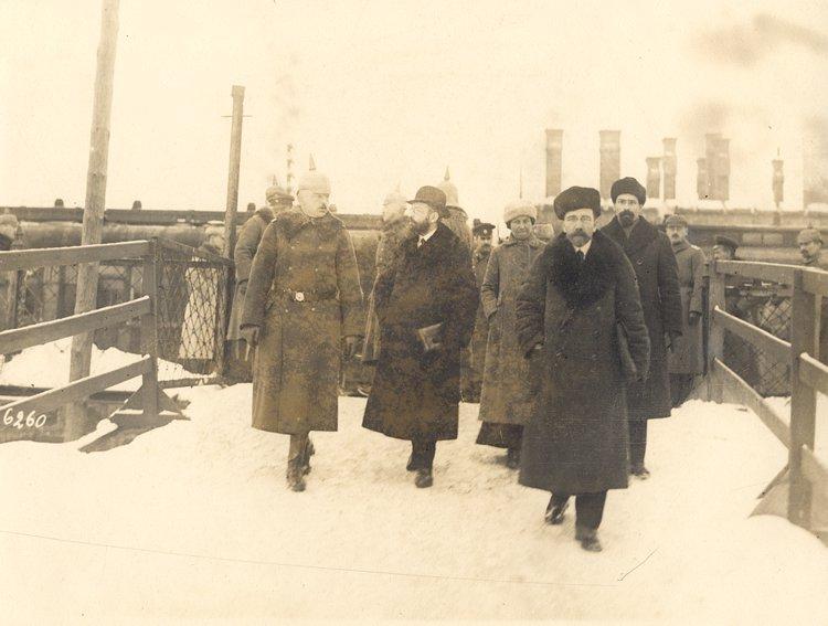 Руководители русской делегации прибыли на станцию Брест-Литовск. Слева-направо: майор Бринкманн, Йоффе, госпожа Биренко, Каменев, Карахан.