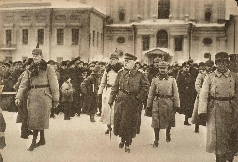 Прибытие немецкой делегации в Брест-Литовск 21 ноября (4 декабря) советская делегация изложила свои условия: перемирие заключается на 6 месяцев; военные действия приостанавливаются на всех фронтах; немецкие войска выводятся из Риги и с Моонзундских островов; запрещаются какие бы то ни было переброски немецких войск на Западный фронт. В результате переговоров было достигнуто временное соглашение: перемирие заключается на период с 24 ноября (7 декабря) по 4 (17) декабря; войска остаются на занимаемых позициях; прекращаются все переброски войск, кроме уже начавшихся.