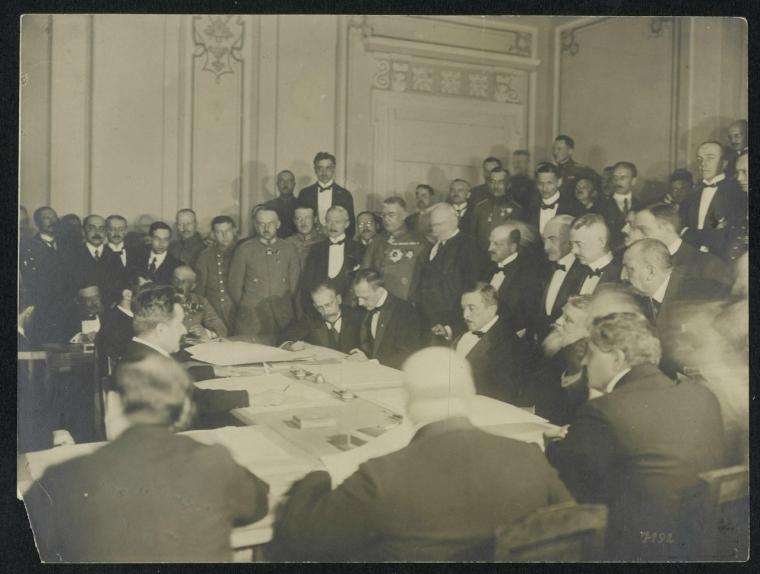 Подписание мирного договора с Украиной. В середине сидит, слева направо: граф Оттокар Чернин фон унд цу Худениц, генерал Макс фон Гофман, Рихард фон Кюльман, премьер-министр В.Родославов, великий визирь Мехмет Талаат-паша