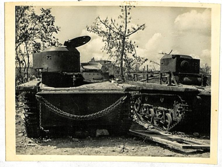 Плавающие танки Т-38, стоящие в автобронепарке 75 орб. На фотографии хорошо видно, что с танков снято вооружение, стоят они ровно в ряд, то есть, даже не трогались с места. Трудно сказать, добрались ли к этим танкам их экипажи, но люки, тем не менее, открыты. Видимых повреждений не заметно. Только кирпичные осколки на броне от разрушенного Белого дворца говорят о прошедших боях.