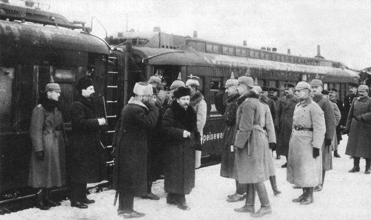 Офицеры штаба Гинденбурга встречают на перроне Бреста прибывшую делегацию РСФСР в начале 1918 года