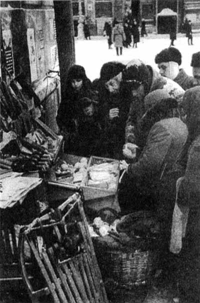 Жители города у  ларька с товарами, 1943 год.