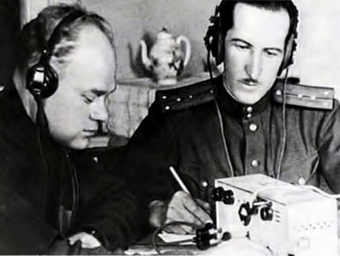 Александр Петрович Демьянов - «Гейне» (справа) во время сеанса радиосвязи с немецким радиоцентром
